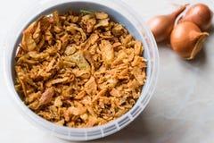 Fried Crispy Onion Flakes i plast- packebunke arkivfoton