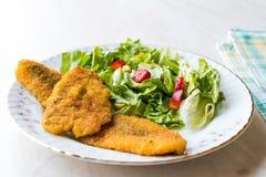 Fried Crispy Sardine Fish Plate mit Salat/Meeresfrüchten Sardalya Lizenzfreies Stockfoto
