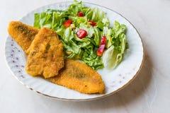 Fried Crispy Sardine Fish Plate mit Salat/Meeresfrüchten Sardalya Stockfoto