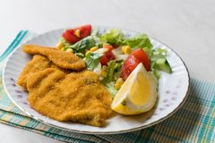 Fried Crispy Sardine Fish Plate mit Salat und Zitrone/Meeresfrüchten Sardalya Stockfotografie