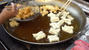 Fried Deep briet Teigstock am Straßenlebensmittelfrühstück ist berühmt für Wanderer und lokal und touristisch bei Chiang Mai Thai stock video footage