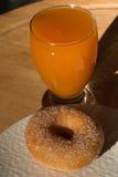 Fried Donut e vetro di succo di albicocca immagine stock libera da diritti