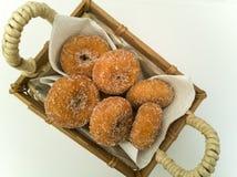 Fried Donuts em uma cesta do artesão foto de stock royalty free