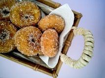 Fried Donuts em uma cesta do artesão fotos de stock