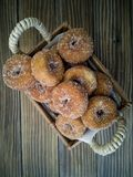 Fried Donuts em uma cesta do artes?o imagem de stock royalty free