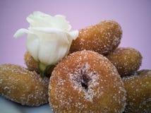 Fried Donuts hecho en casa y flor fotografía de archivo