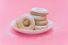Fried Donuts no fundo cor-de-rosa fotos de stock