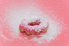 Fried Donuts no fundo cor-de-rosa foto de stock royalty free