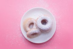 Fried Donuts sur le fond rose photos stock