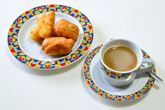 Fried Dough Stick profundo y x28; PA Tong Go y x29; con la taza de café Imágenes de archivo libres de regalías
