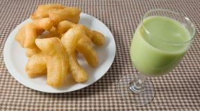 Fried Doughstick profundo con leche de soja del té verde Fotos de archivo libres de regalías