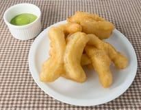 Fried Doughstick profundo delicioso con crema verde de las natillas Imagen de archivo libre de regalías