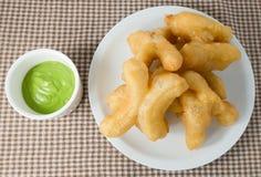 Fried Doughstick profundo delicioso con la inmersión verde de las natillas Fotografía de archivo libre de regalías
