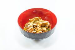 Fried Dumpling con salsa crema su fondo bianco immagini stock