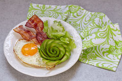 Fried Egg, bacon ed avocado Rosa per la prima colazione Fotografia Stock