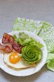 Fried Egg, bacon ed avocado Rosa per la prima colazione Immagini Stock Libere da Diritti