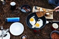 Fried Egg Bean Bacon Bread-de Koffie ontspant het Koken stock fotografie