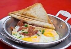 Fried Egg em uma bandeja pequena foto de stock royalty free