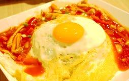 Fried Egg en el arroz con la salsa tailandesa, lado soleado para arriba imágenes de archivo libres de regalías