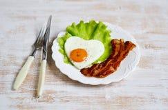 Fried Egg sabroso en la forma de un corazón servido en una placa blanca Imágenes de archivo libres de regalías