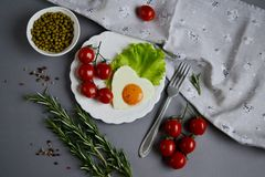 Fried Egg sabroso en la forma de un corazón servido en una placa blanca Imagen de archivo libre de regalías