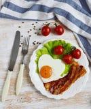 Fried Egg sabroso en la forma de un corazón servido en una placa blanca Foto de archivo