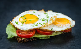 Fried Eggs auf einem Sandwich Lizenzfreie Stockbilder