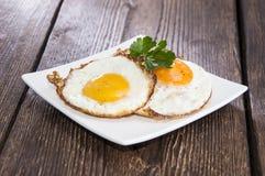 Fried Eggs auf einer Platte Lizenzfreie Stockfotos