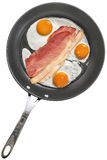 Fried Eggs avec du porc Ham Rashers en téflon faisant frire Pan Isolated sur le fond blanc Photos stock