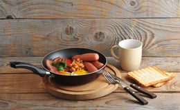 Fried eggs with bacon, tomatoes, beans, mushrooms and sausages i Royalty Free Stock Photography