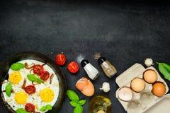 Fried Eggs con gli ingredienti e l'area di spazio della copia Immagini Stock Libere da Diritti