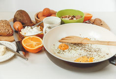 Fried Eggs dans la poêle, ingrédients de petit déjeuner Orange, pain, beurre, Porrige, haricots Coffe Accessoires de cuisine Cuis Photographie stock libre de droits