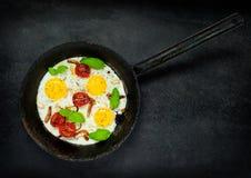 Fried Eggs em cozinhar a bandeja Imagens de Stock