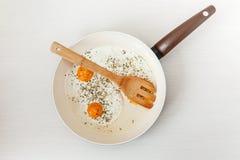 Fried Eggs en el sartén, ingredientes del desayuno Cocinar la comida de la mañana Fondo blanco Fotografía de archivo libre de regalías