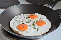 Fried Eggs en una cacerola imagen de archivo