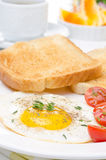 Fried eggs, fresh tomatoes and crunchy toast for breakfast, vert Royalty Free Stock Photos