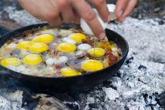 Fried Eggs Kochen auf dem Lagerfeuer Stockbilder