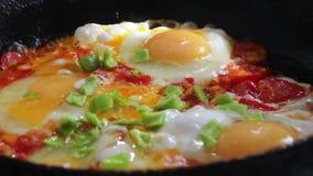 Fried Eggs met Groenten trof op een Pan voorbereidingen stock footage