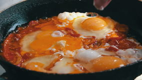 Fried Eggs met Groenten trof op een Pan voorbereidingen stock video