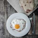 Fried Eggs mit Brot in der Platte Stockfotografie