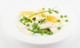 Fried Eggs mit grünen Erbsen Lizenzfreies Stockbild