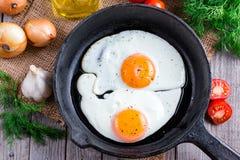 Fried Eggs Schließen Sie herauf Ansicht des Spiegeleies auf einer Bratpfanne Lizenzfreies Stockfoto