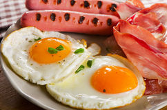 Fried Eggs, Speck und Würste Lizenzfreies Stockbild