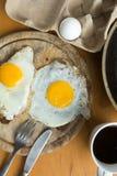 Fried Eggs su pane nero Immagine Stock Libera da Diritti