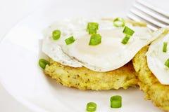 Fried Eggs- und Kartoffel-Pfannkuchen Stockbild