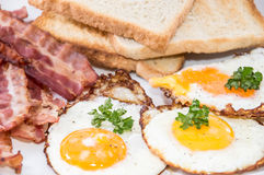 Fried Eggs und Speck auf einer Platte Stockfoto