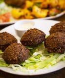 Fried Falabel Chickpea Balls profondo con la salsa di Tahini fotografia stock libera da diritti