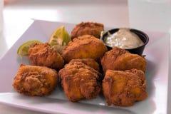 Fried Fish Bites mit einer Seite der Soße Stockfotos