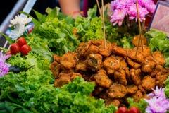 Fried Fish Cakes und Gemüse Lizenzfreie Stockfotos