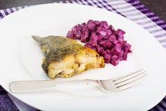 Fried Fish Cards e salada de beterrabas fervidas com iogurte Fotografia de Stock